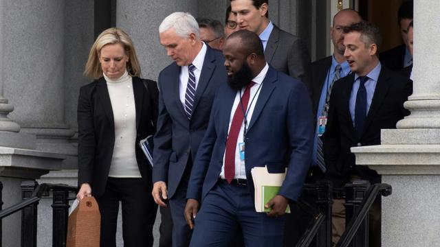 Le vice-président américain Mike Pence (2e G), le secrétaire général de la Maison Blanche Jared Kushner (C) et la ministre américaine de la Sécurité intérieure Kirstjen Nielsen (G) après une rencontre avec des réprésentants du Sénat et de la Chambre des Réprésentants [Jim WATSON / AFP]