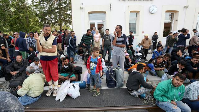 Des migrants attendent un train à la gare de Tovarnik, à la frontière avec la Serbie, le 17 septembre 2015 en Croatie [ / AFP]