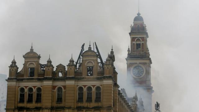 Des pompiers tentent d'éteindre l'incendie du Musée de la Langue portugaise de Sao Paulo, le 21 décembre 2015 [Miguel Schincariol / AFP]