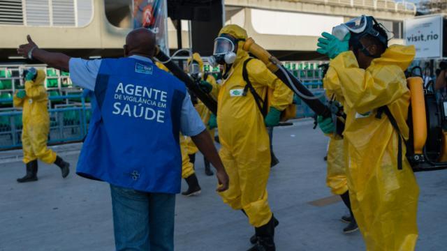 Des agents municipaux diffusent un produit chimique contre les moustiques porteurs du Zika à Rio de Janeiro, au Brésil, le 26 janvier 2016 [CHRISTOPHE SIMON / AFP/Archives]