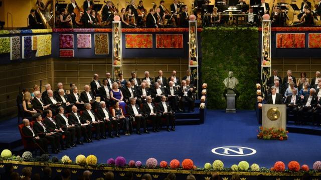 Le président de la Fondation Albert Nobel, Carl-Henrik Heldin (r) ouvre la cérémonie des Nobel, le 10 décembre 2014 à Stockholm [Jonathan Nackstrand / AFP/Archives]
