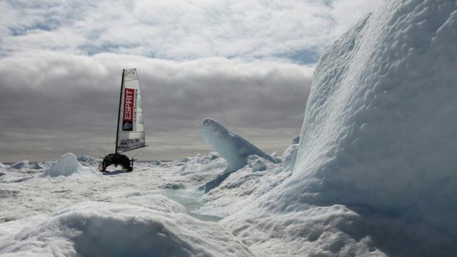 Photo fournie par l'expédition Adrenaline le 21 août 2018 montrant le voilier Babouch'ty lors d'une première tentative de traversée de l'Arctique, en juin 2013 [Jules JAROSSAY / ADRENALINE-L5R/AFP/Archives]