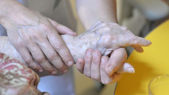 Une centaine d'Ehpad forment leur personnel à un label exigeant qui privilégie la relation avec la personne âgée [PASCAL LACHENAUD / AFP/Archives]