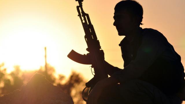 Un combattant kurde près de Raqqa dans le nord de la Syrie, le 10 juillet 2015  [DELIL SOULEIMAN / AFP]