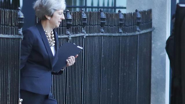 La Première ministre britannique Theresa May sort de son bureau du 10, Downing Street à Londres le 22 octobre 2018 [Daniel LEAL-OLIVAS / AFP]