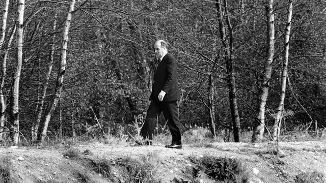 L'ancien président de la République François Mitterrand marche le 13 avril 1981 à Château-Chinon [Jean-Claude Delmas / AFP/Archives]