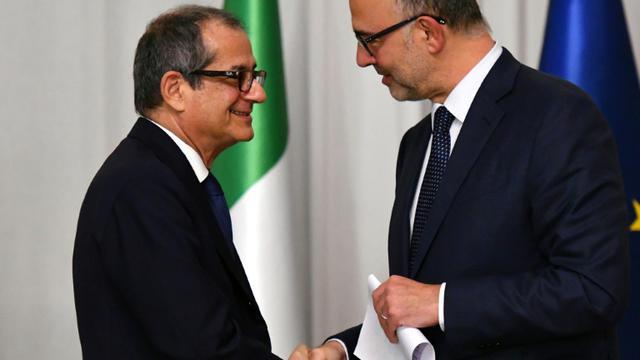 Le ministre italien de l'Economie et des Finances Giovanni Tria (g) et le commissaire aux Affaires européennes, Pierre Moscovici, le 18 octobre 2018 à Rome [Alberto PIZZOLI / AFP/Archives]