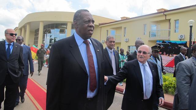 Le président de la CAF Issa Hayatou (gauche) et le président de la FIFA Sepp Blatter (droite) lors de l'inauguration d'un complexe sportif à Mbankomo le 5 mai 2014 [Reinnier Kaze / AFP]