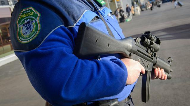 Un policier suisse patrouille à l'aéroport de Genève, le 12 décembre 2015 [Richard Juilliart / AFP]