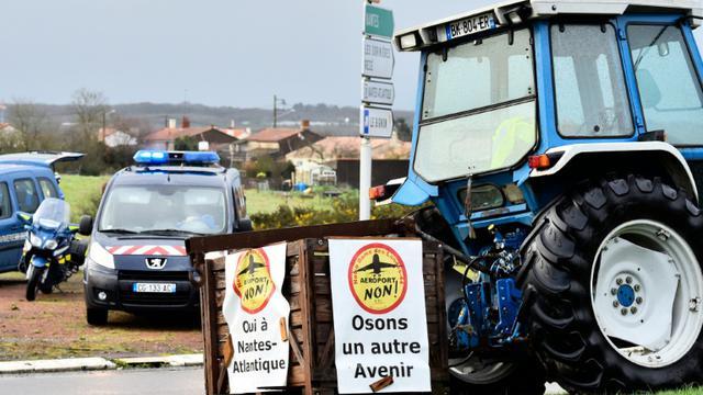Des opposants à un projet d'aéroport international près de Nantes protestent avec des tracteurs le 11 janvier 2016 à Viais  [LOIC VENANCE / AFP]