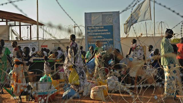 Des civils réfugiés sur une base de l'ONU le 20 décembre 2013 à Juba [TONY KARUMBA / AFP/Archives]