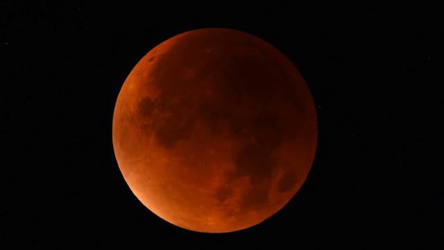 La lune rouge photographiée depuis Essen, dans l'ouest de l'Allemagne, le 28 septembre 2015 [PATRIK STOLLARZ / AFP]