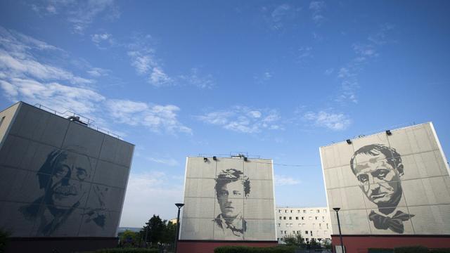 Vue en date du 11 juin 2015 des portraits de Paul Valery, Arthur Rimbaud et Charles Baudelaire sur des bâtiments à Chanteloup-les-Vignes [JOEL SAGET / AFP]