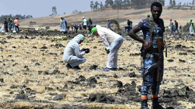 Des experts relèvent des indices sur les lieux du crash du Boeing 737 MAX 8 d'Ethiopian Airlines, le 13 mars 2019 près d'Addis Abeba [TONY KARUMBA / AFP/Archives]