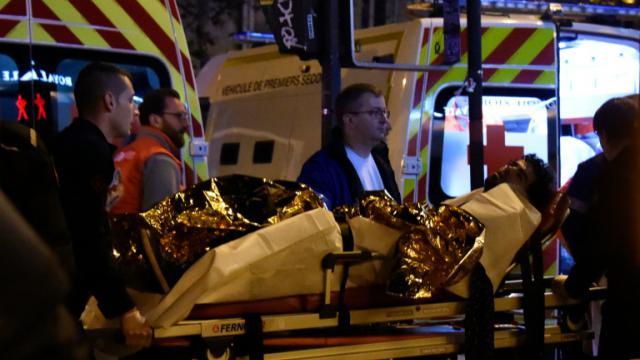 Un blessé évacué du Bataclan le 13 novembre 2015 à Paris [DOMINIQUE FAGET / AFP]