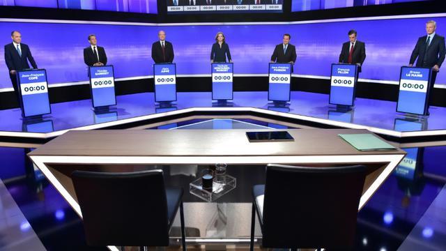 Les sept candidats à la primaire de la droite lors du troisième débat télévisé, le 17 novembre 2016 à Paris [CHRISTOPHE ARCHAMBAULT / POOL/AFP/Archives]