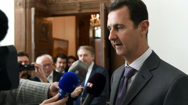 Photo fournie par la page facebook officielle de la présidence syrienne montrant le président Bachar el-Assad parlant avec la presse le 14 novembre 2015 après une rencontre avec des parlementaires français à Damas [HO / SYRIAN PRESIDENCY FACEBOOK PAGE/AFP]