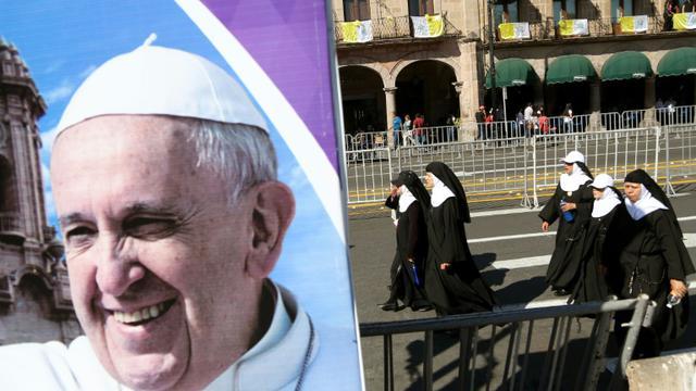 Un portrait du pape François le 15 février 2016 devant la cathédrale à Morelia dans l'Etat de Michoacan [ENRIQUE CASTRO / AFP]