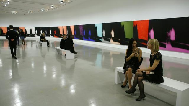 """L'oeuvre d'Andy Warhol """"Shadows"""" est présentée le 1er octobre 2015 au Musée d'Art Moderne de Paris [THOMAS SAMSON / AFP]"""