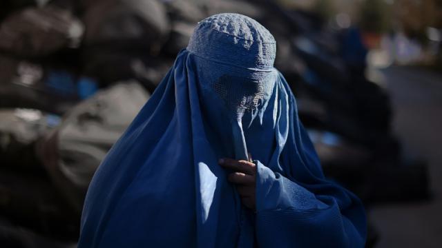 Une déplacée afghane vient chercher de l'aide pour faire face à l'hiver lors d'une distribution du HCR à Kaboul, le 7 janvier 2015 [Shah Marai / AFP/Archives]