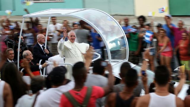 Le pape François salue la foule  sur la route entre l'aéroport Jose Marti et le centre de La Havane, le 19 septembre 2015 [JORGE BELTRAN / AFP]