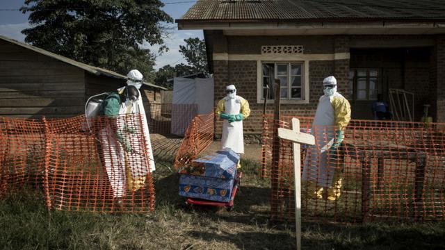 Le personnel médical désinfecte le cercueil d'une personne décédée, un cas non confirmé d'Ebola, le 13 août 2018 à Beni (RDC) [John WESSELS / AFP]