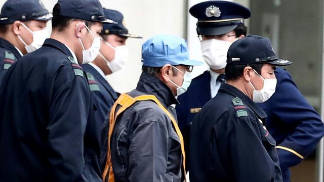 Quand il est finalement sorti, Carlos Ghosn n'était pas habillé comme on pouvait l'imaginer. [Behrouz MEHRI / AFP]