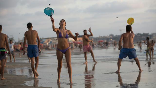 Des joueurs de Matkot sur la plage de Tel Aviv le 23 août 2015 [MENAHEM KAHANA / AFP]