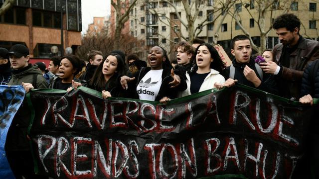 """Des lycéens manifestent à Paris le 7 décembre 2018 brandissant une banderole """"Traverse la rue, prends ton bahut"""" [Philippe LOPEZ / AFP]"""