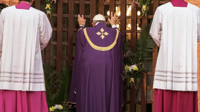 """Le pape François ouvre la """"porte sainte"""" de la cathédrale de Bangui, le 29 novembre 2015 [GIANLUIGI GUERCIA / AFP]"""