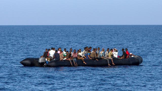 Des migrants attendent d'être secourus près de la côte lybienne le 6 août 2017 [ANGELOS TZORTZINIS / AFP/Archives]