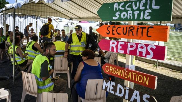 """Des """"gilets jaunes""""  réunis pour évoquer la suite du mouvementavant les vacances d'été, le 29 juin 2019 à Montceau-les-Mines (Saône-et-Loire) [JEAN-PHILIPPE KSIAZEK / AFP]"""