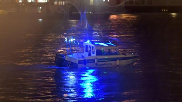 Un bateau de police participe aux recherches après le naufrage d'un bateau de touristes sud-coréens sur le Danube, à Budapest le 30 mai 2019 [GERGELY BESENYEI / AFP]