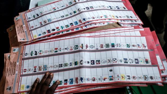 Vérification de la validité des bulletins de vote durant le décompte des voix aux élections présidentielle, législatives et sénatoriales, le 23 février 2019 à Port Harcourt, dans le sud du Nigeria [Yasuyoshi CHIBA / AFP]