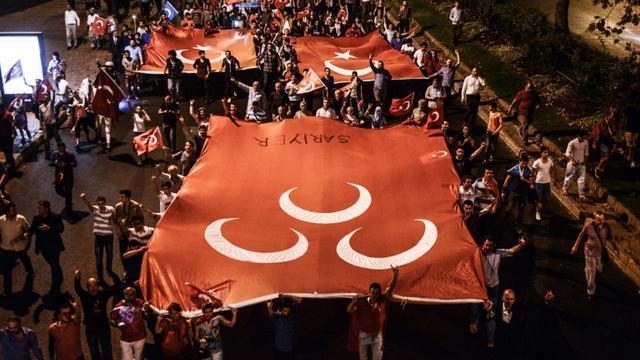 Des nationalistes turcs défilent dans les rues d'Istanbul contre le PKK, le 8 septembre 2015 [Ozan Kose / AFP]