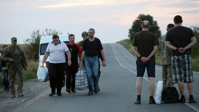 Deux prisonniers de guerre ukrainiens (à d.) sont échangés avec quatre rebelles prorusses, le 8 septembre 2015 à Donetsk, dans l'est de l'Ukraine [ALEKSEY FILIPPOV / AFP]