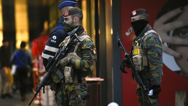 Des policiers et soldats belges dans une rue de Verviers, le 25 novembre 2015 [JOHN THYS / AFP]