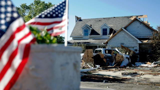 Des drapeaux américains ont été placés sur la boîte aux lettres d'une maison de Coal City (Illinois), le 23 juin 2015, au lendemain du passage d'une tornade. [Jon DURR / GETTY IMAGES NORTH AMERICA/AFP/Archives]