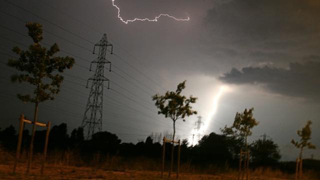 La foudre tombe sur une ligne électrique, le 27 juillet 2006 à Toulouse [LIONEL BONAVENTURE / AFP/Archives]