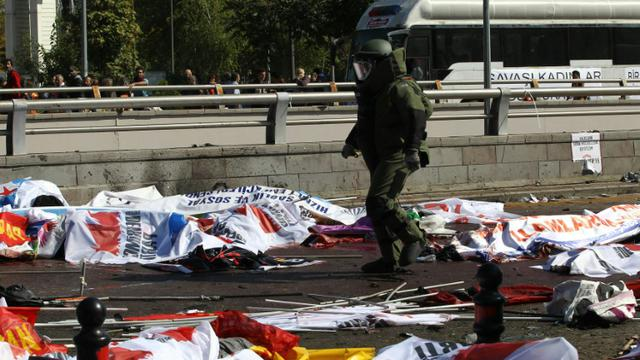 Des corps recouverts de bannières et de drapeaux jonchent le sol le 10 octobre 2015 à Ankara après le pire attentat meurtrier de l'histoire de la Turquie [ADEM ALTAN / AFP]