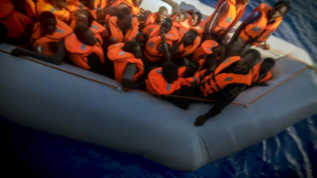 Opération de sauvetage de migrants par Médecins sans Frontières le 28 septembre 2015 au large de la Libye [Ricardo Garcia Vilanova / AFP]