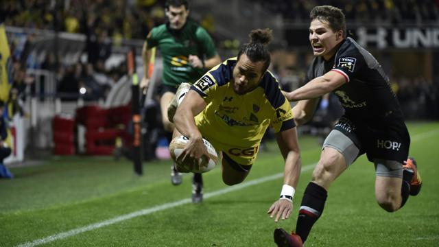 Le centre australien de Clermont Peter Betham (c) inscrit un essai lors du match nul à domicile 20-20 face à Toulouse en 12e journée de Top 14 le 23 décembre 2018 [THIERRY ZOCCOLAN / AFP]