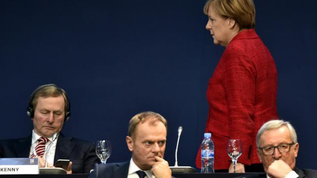 La chancelière allemande, Angela Merkel, le président de la Commission européenne, Jean-Claude Juncker (d) et le polonais Donald Tusk (c), président du Conseil européen, le 22 octobre 2015 à Madrid, lors d'un congrès des conservateurs européens   [GERARD JULIEN / AFP]