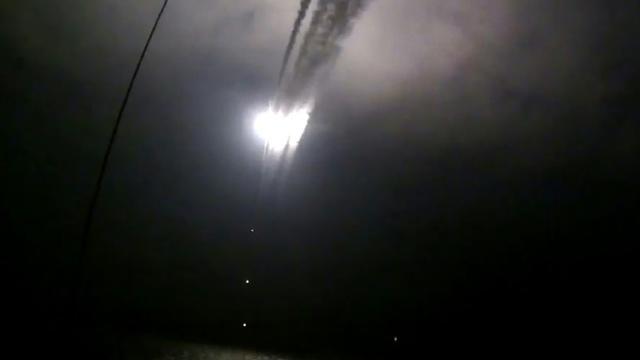 Image extraite d'une vidéo publiée sur le site internet officiel du ministère russe de la défense le 7 octobre 2015 censée montrer un navire de guerre russe lançant un missile de croisière dans la mer caspienne pendant une frappe contre les positions du groupe EI en Syrie [- / RUSSIAN DEFENCE MINISTRY/AFP/Archives]
