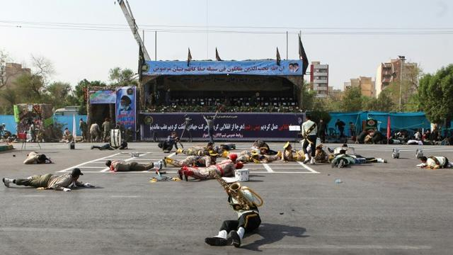 Des soldats à terre lors d'un attentat visant un défilé militaire, le 22 septembre 2018 à Ahvaz, dans le sud-ouest de l'Iran [ALIREZA MOHAMMADI / ISNA/AFP]
