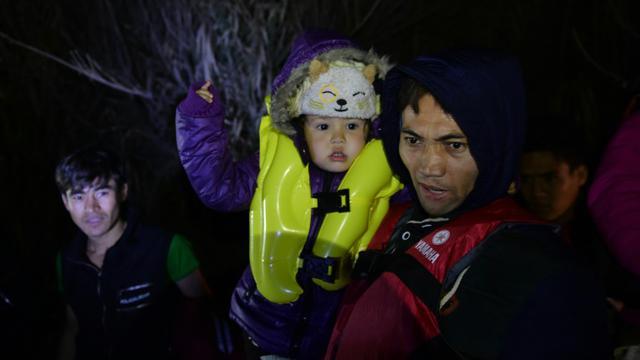 Des réfugiés arrivent le 20 novembre sur l'île de Lesbos, en Grèce [BULENT KILIC / AFP]