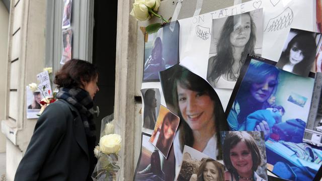 Des photos et des fleurs en hommage à Agnès Marin, devant sa maison, le 21 novembre 2011 à Paris [Mehdi Fedouach / AFP/Archives]