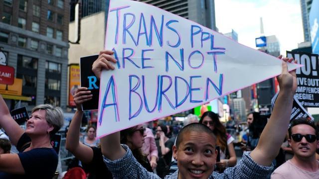 Des manifestants opposés à la décision du président Trump d'interdire le recrutement de personnes transgenres dans les forces armées américaines, le 26 juillet 2017 à Times Square, New York. [Jewel SAMAD / AFP/Archives]