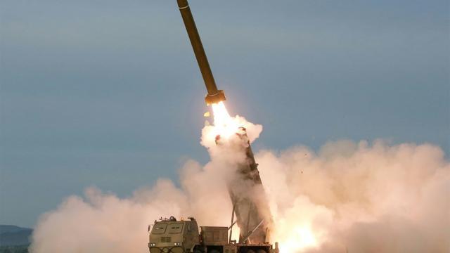 Photo diffusée le 25 août 2019 par l'agence nord-coréenne Kcna d'un test de lance-missiles multiples, le 24 août 2019 en Corée du Nord [KCNA VIA KNS / KCNA VIA KNS/AFP]