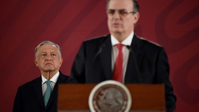Le président mexicain Andres Manuel Lopez Obrador (g) et le ministre des Affaires étrangères Marcelo Ebrard, le 10 juin 2019 à Mexico [Alfredo ESTRELLA / AFP]